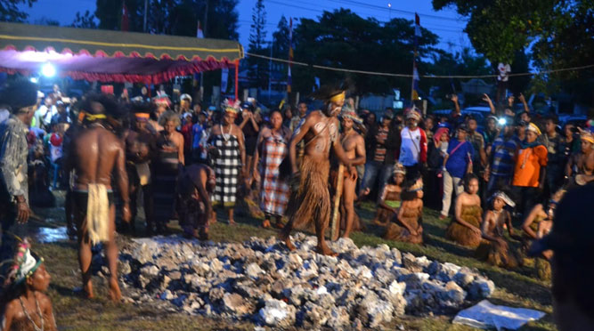 Apen Beyeren atau berjalan dengan kaki telanjang di atas batu panas (batu barapen) merupakan warisan leluhur khususnya pada warga kampung Adoki, Distrik Yendidori, Kabupaten Biak Numfor, Papua.
