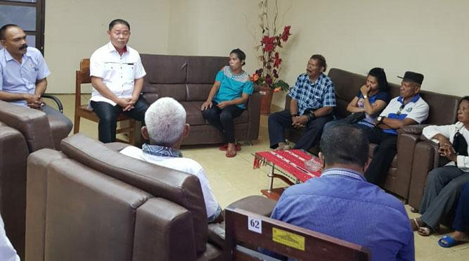 Pertemuan antara Ketua dan sejumlah anggota DPRD MTB dengan keluarga BF di kantor Dewan setempat