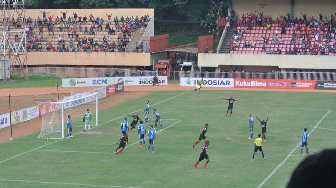 Striker Persipura asal Brasil Addison Alves meluapkan kegembiraan bersama rekan setimnya usai membobol gawang Barito Putra dalam laga lanjutan Liga 1 2018 di Stadion Mandala Jayapura