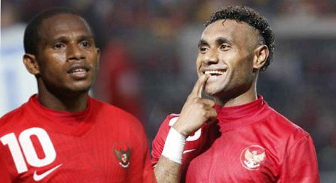 Dua pemain asal Papua, Oktovianus Maniani (kiri) dan Titus Bonai