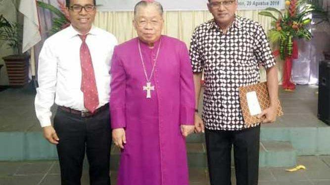 Ketua Kontingen Pesparani Nasional Maluku, Edwin Adrian Huwae (kanan), Uskup Diosis Amboina C. Mandagi (tengah)