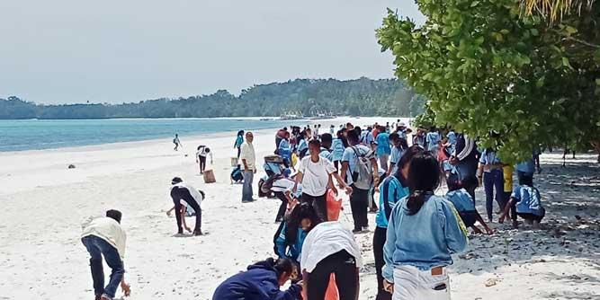 Civitas SMA SAKA Langgur Gelar Aksi Bersih Di Pantai Pasir Panjang