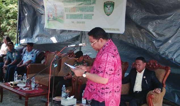 Walikota Tual, Adam Rahayaan membacakan sambutan Aksi program 3T (Tuntas Kumuh, Tuntas Tuna karya, Tuntas Kemiskinan) yang bertajuk Grounding of 3T Program In Rundown Area, yang dipusatkan di RT.04-RW01 Kelurahan Masrum Kota Tual