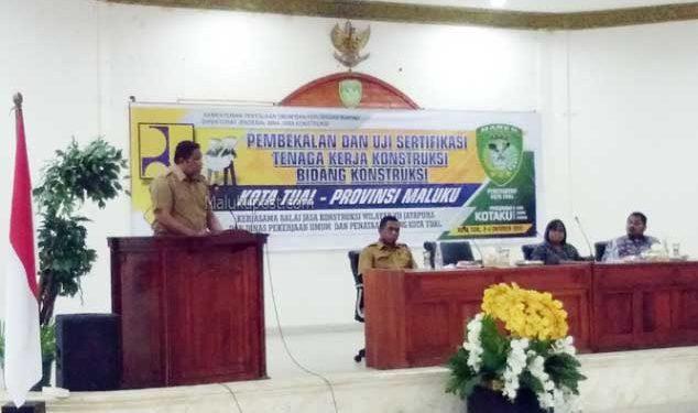 Walikota Tual, Adam Rahayaan memberikan sambutan pada Pembekalan dan Uji Sertifikasi Tenaga Kerja Konstruksi Dalam Percepatan Sertifikasi Tukang Terampil Angkatan I Bidang Konstruksi Dinas Pekerjaan Umum dan Penataan Ruang (PUPR) Kota Tual