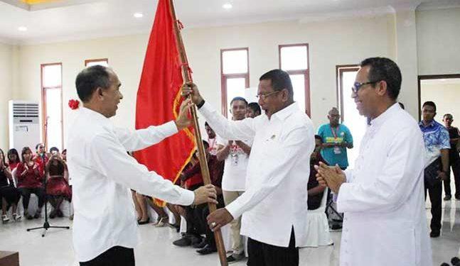 Gubernur Maluku Said Assagaff Menyerahkan bendera kontingen kepada Edwin Huwae, Ketua Kontingen Pesparani Maluku