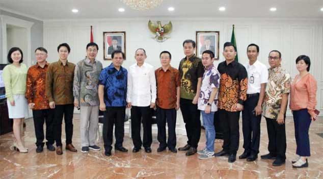 Sejumlah Investor China Bersama Gubernur Maluku Ir Said Assagaff dan Dubes RI untuk China Djauhari Oratmangun.