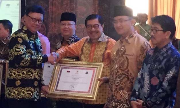 Wakil Gubernur Maluku menerima penghargaan dari Menteri Dalam Negeri. Tjahjo Kumolo sebagai salah satu dari 18 (delapan belas) Provinsi yang telah menyelesaikan seluruh Tindak Lanjut Hasil Pengawasan (TLHP) Penyelenggaraan Pemerintahan Daerah oleh Inspektorat Jenderal (Itjen) Kementerian Dalam Negeri (Kemendagri) tepat waktu.