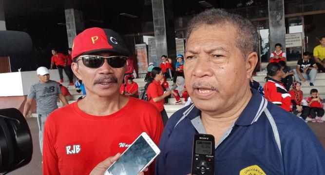 Ketua PGRI Provinsi Papua, Nomensen Mambraku (Kanan) saat memberikan keterangan pers