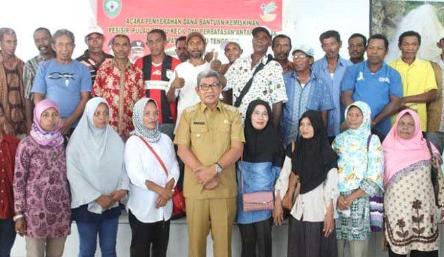 Bupati Maluku Tenggara, M. Thaher Hanubun bersama masyarakat penerima bantuan rumah layak huni
