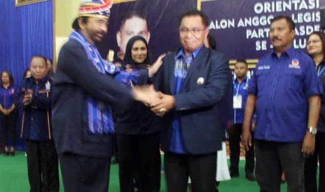Ketua Umum NasDem Surya Paloh usai penyematan jaket Partai NasDem ke Petrus Fatlolon (Bupati MTB)