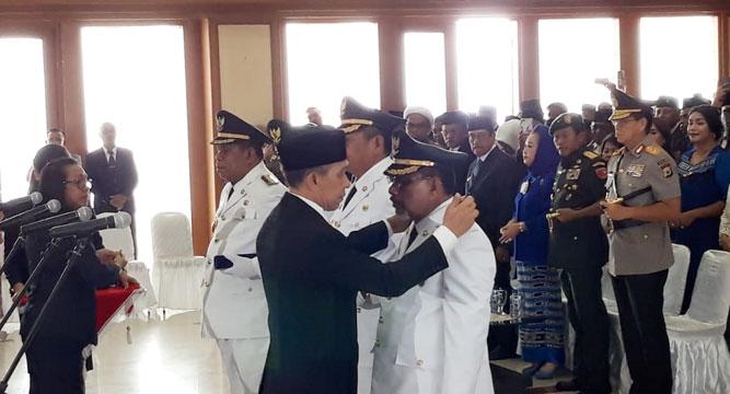 Gubernu Maluku Said Assagaff memimpin prosesi pelantikan