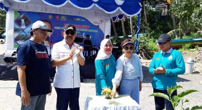 Ketua PKK Provinsi Maluku, Reti Assagaff menekan tombol tanda dicanangkannya gerakan Perempuan Tanam dan Pelihara Pohon (PTP2) tahun 2018