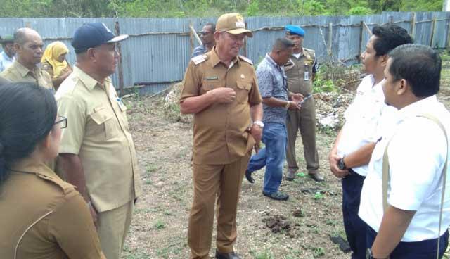 Bupati Maluku Tenggara (Malra), M. Thaher Hanubun saat meninjau lokasi pembangunan pelabuhan ferry