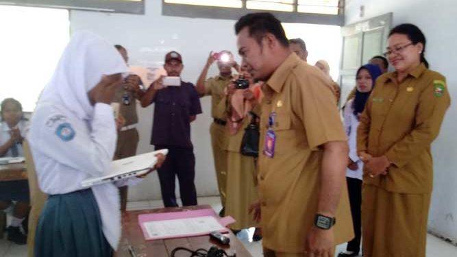 Kepala Bagian Humas dan Protokoler Setda Malra, Antonius Raharusun mewakili Bupati setempat menyerahkan Laptop kepada siswa SMAN 2 Kei Kecil