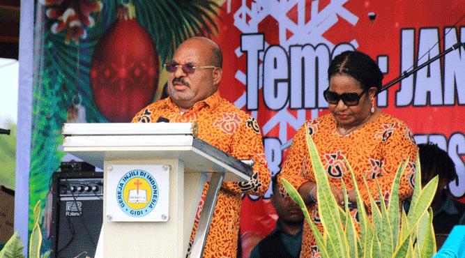 Gubernur Lukas Enembe, S.IP., MH, didampingi Ny. Yulce Enembe saat menyampaikan sambutan pada ibadah Natal di gereja GIDI Jemaat Eden, Entrop, Kota Jayapura, Selasa (25/12/2018)