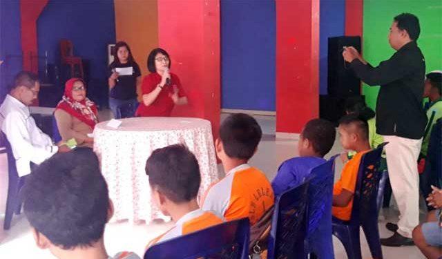 Ketua Dewan Perwakilan Daerah (DPD)  Himpunan Wanita Disabilitas Indonesia (HWDI) Maluku, Mince Rumlaklak saat dialog peringatan hari Disabilitas Internasional di Ambon