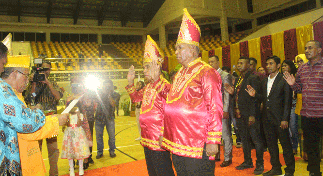 Raja Fer Drs. Abdul Hamid Rahayaan, didampingi Raja Maur Leopold Rahail, mengukuhkan dan melantik Badan Pengurus IK Maskei Provinsi Papua Periode 2018-2023 di GOR Waringin, Kota Jayapura, Sabtu (8/12/2018)