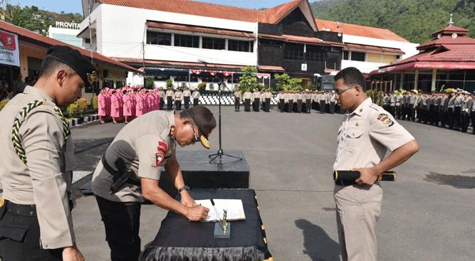Kapolda Papua Irjen Pol. Drs. Martuani Sormin saat menandatangi berita acara kenaikan pangkat