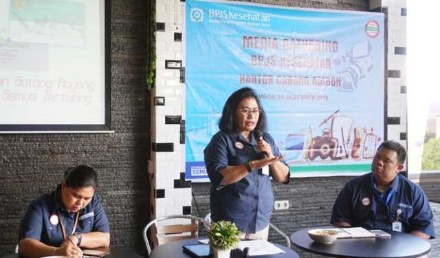 Kepala BPJS Kesehatan cabang Ambon Afliana Latumakulita sedang memberikan penjelasan tentang KLL dalam kegiatan media gathering dengan wartawan di Ambon, Kamis (6/12)