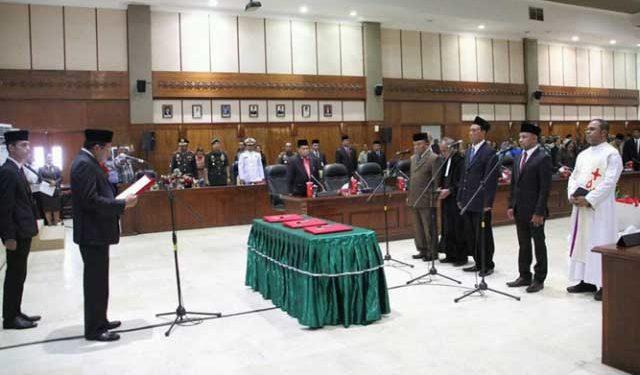 Ketua DPRD Provinsi Maluku, Edwin Huwae melantik 3 anggota PAW DPRD Sisa Masa Jabatan 2014 - 2019