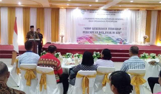 Bupati Maluku Tenggara, M Thaher Hanubun memberikan sambutan pada kegiatan Lokakarya Pengarusutamaan Gender Bagi Organisasi Perempuan, di Ballroom Kimson Center Langgur.