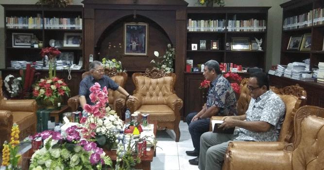 Momen silaturahmi Bupati Malra M. Thaher Hanubun saat mengunjungi Uskup Diosis Amboina Mgr. Petrus Canisius Mandagi, MSC, Minggu (27/1/2019) malam