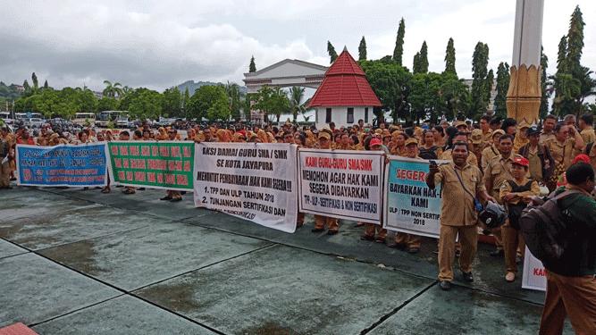 Aksi demo para guru SMA/SMK di lapangan upacara kantor Gubernur Papua, Senin (28/1/2019)