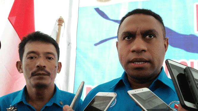 Ketua Pengprov POSSI Papua, Gilbert Yakwar (kanan)