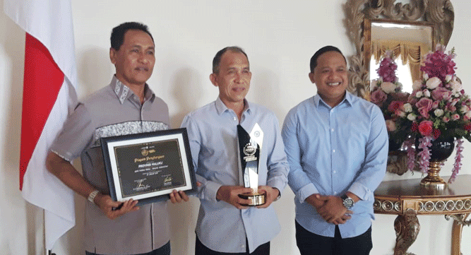 Gubernur Said Assagaff (tengah) didampingi Plt Asisten I Setda Maluku Hendry Far-far (kiri), dan Karo Pemerintahan Jasmono pose bersama penghargaan APPSI