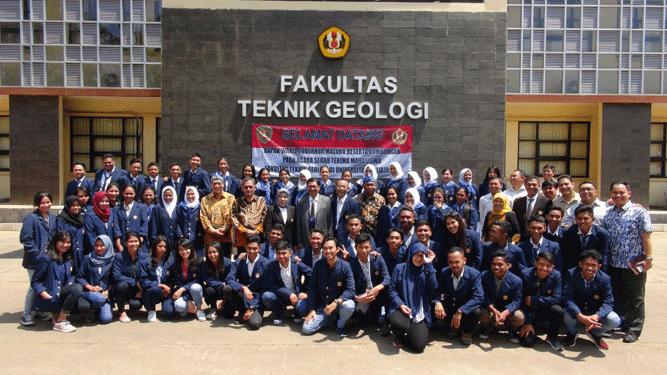 Puluhan mahasiswa asal Maluku yang saat ini menempuh studi di Fakultas Teknik Geologi Unibversitas Padjajaran Bandung atas fasilitas dari Pemda Maluku