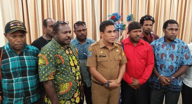 Sekda Papua TEA. Hery Dosinaen usai pertemuan dengan FHPS Gunung Emas, baru-baru ini