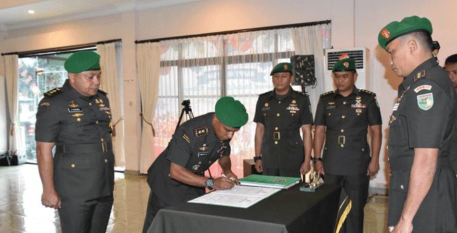 Danrem Kolonel Inf J. Binsar Parluhutan Sianipar saat memimpin prosesi sertijab di lingkup Korem 172/PWY