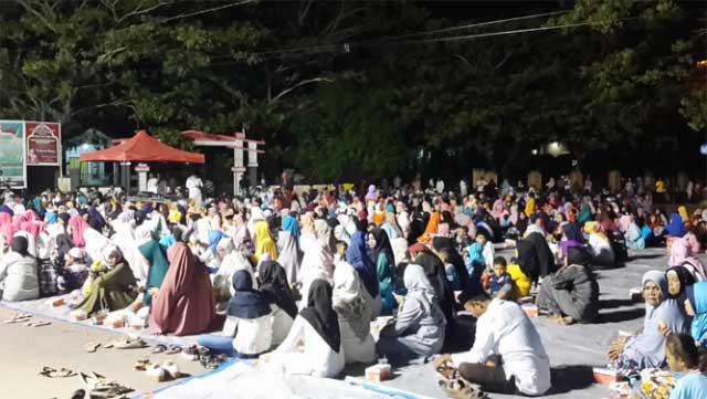 ribuan warga hadiri tabligh akbar malam pergantian tahun yang dipimpin oleh Ustad Habib Hasan bin Ahmad Alayidrus yang digelar di kota Bula, Senin (31/12)