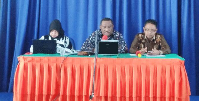 Kepala BPS Provinsi Papua, Drs. Simon Sapary (tengah) saat rilis berita resmi statistik Bulan Januari di kantor BPS Papua, Jumat (1/2/2019)