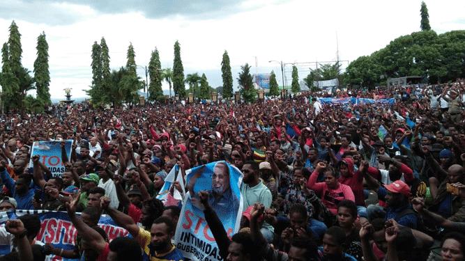 Ribuan orang berkumpul di kantor Gubernur Papua menggelar aksi demo damai dukung Lukas Enembe, Rabu (13/2/2019)