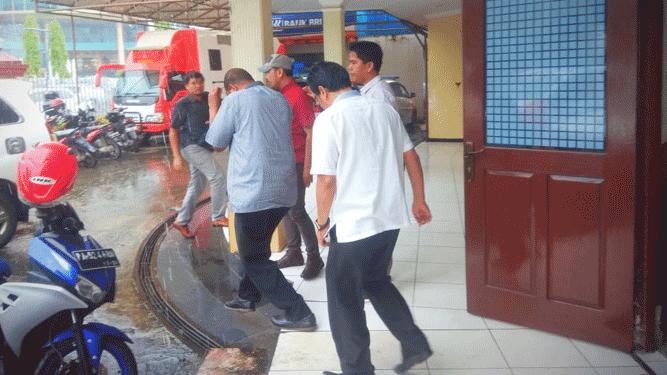 Tersangka DJM bersama tiga orang rekanya saat diantar penyidik ke Kejati Papua