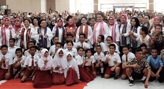 Ibu Negara RI Iriana Joko Widodo saat berpose bersama anak-anak di Islamic Center, Ambon