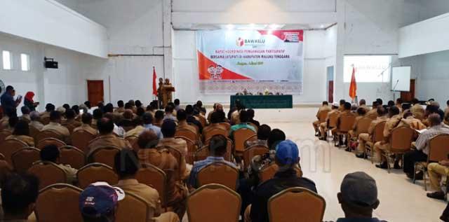 Wakil Bupati Maluku Tenggara, Petrus Beruatwarin,saat membuka kegiatan Rapat Koordinasi Pengawasan Partisipatif Bersama Latupati yang digagas oleh Badan Pengawas Pemilu (Bawaslu) Provinsi Maluku, di Gedung Katolik Center, Langgur, Senin (4/3)