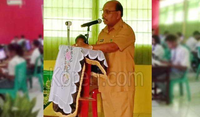 Wakil Bupati Maluku Tenggara, Petrus Beruatwarin, saat membuka pelaksanaan UNBK dan UKK di Langgur, Senin (25/3)