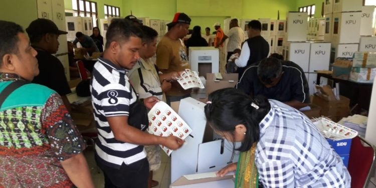 Suasana pelipatan surat suara jelang Pemilu susulan di Kabupaten Kepulauan Tanimbar