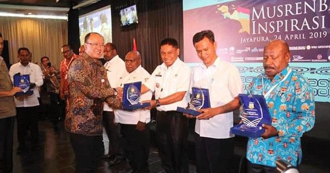 "Sekda Lanny Jaya Christian Sohilait saat menerima penghargaan ""Papua Bangkit Award"""