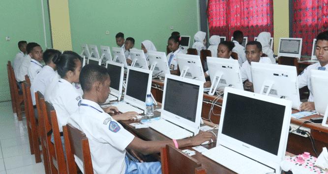 Para siswa/i saat mengikuti UNBK di SMAN 2 Jayapura, Papua yang resmi dimulai Senin (1/4/2019)