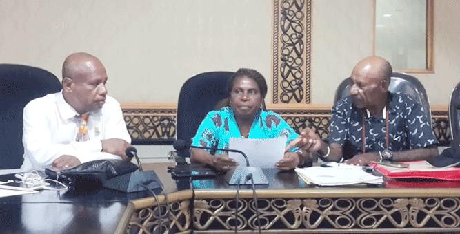 Pengusaha agen mitan asal Mimika, Lisbeth Bleskadit (tengah) mengadukan Pertamina Jayapura ke DPR Papua, Senin (1/4/2019)