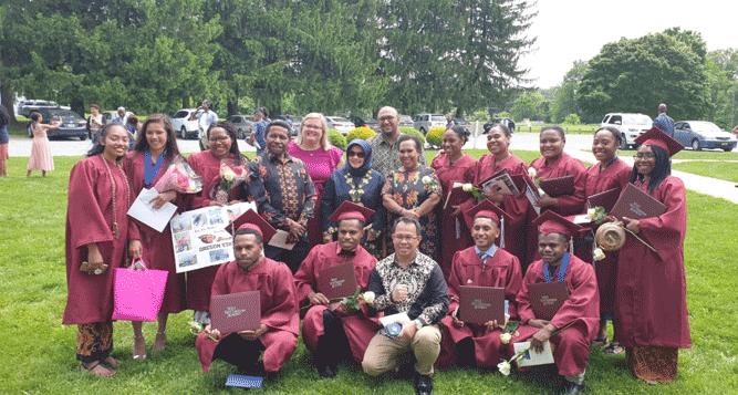 Marike Agustin Tenawe (kedua dari kiri) dan 11 pelajar Papua lainnya yang berhasil mengukir prestasi di Amerika Serikat