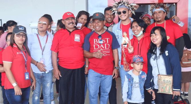 Pose bersama Vocky Salamaor setibanya di Wamena, Jayawijaya, Jumat (10/5/2019)