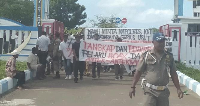 Aksi demo ratusan masyarakat asal sejumlah kecamatan di halaman kantor Bupati KKT, Senin (24/6/2019)