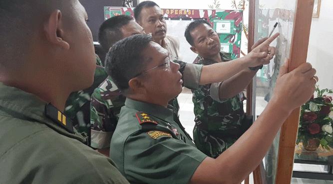 Pangdam XVII Cenderawasih Mayjen. Yosua Pandit Sembiring saat memantau perkiraan lokasi keberadaan pesawat Helly M17