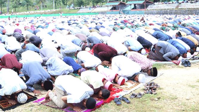 Ribuan umat Muslim melaksanakan Sholat Ied menyambut hari raya Idul Fitri 1 Syawal 1440 Hijriah bertempat di lapangan Den Zipur 10 Waena, Rabu (5/6/2019) pagi