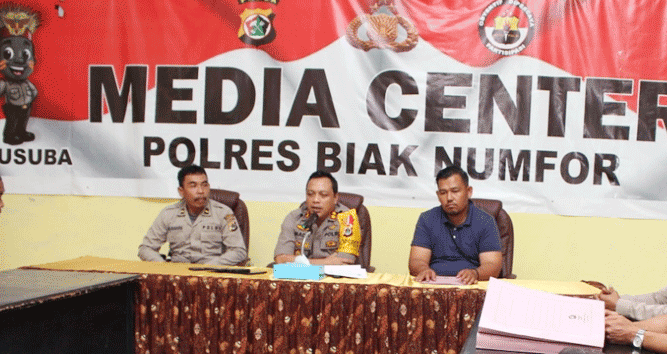 Kapolres Biak Numfor, AKBP. Mada Indra Laksanta, SIK., M,Si (tengah) saat memberikan pernyataan terkait penyebab pasti kematian RY