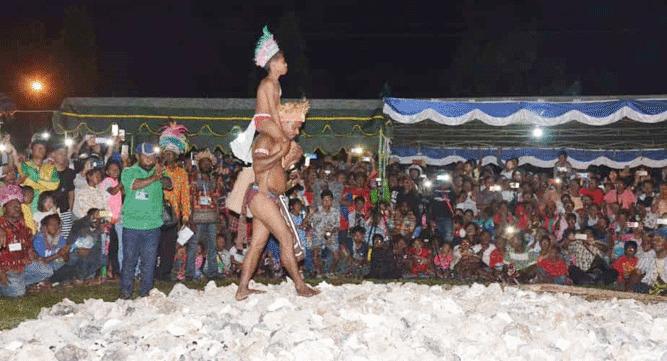Pertunjukan tradisi Apen Bayeren atau berjalan diatas batu yang dibakar saat Festival BMW VII di Biak